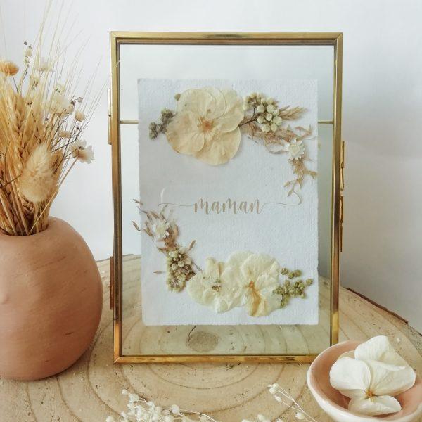 Cadre doré et fleurs séchées