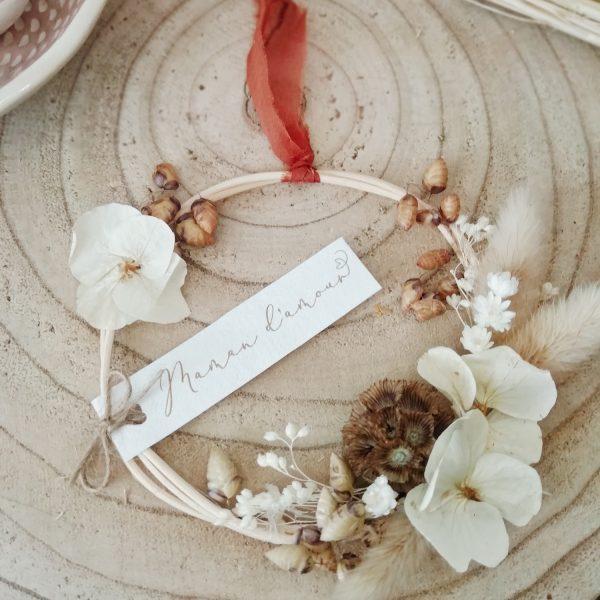 petite couronne de fleurs séchées blanches et marrons